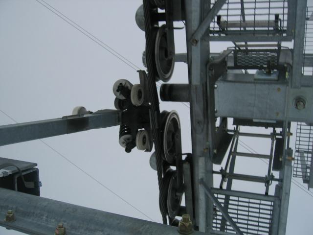Passage d'une pince sous les galets du pylône compression n°10